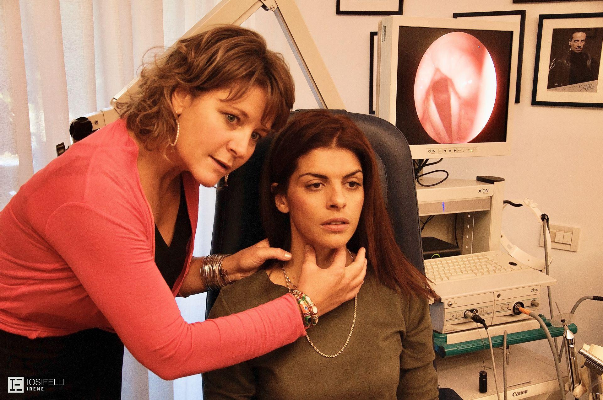 Μαθαίνοντας να ψηλαφώ το λάρυγγα, υπό την καθοδήγηση της συνεργάτιδας Σοφία Γεωργίου- Φυσικοθεραπεύτρια Φωνής<span></span>